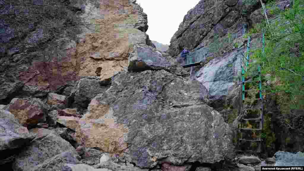 Скельна горловина річки обладнана системою металевих сходів