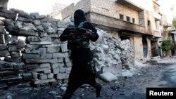 Көтерілісшілер мен үкімет әскері арасында шайқас жүріп жатқан Алеппо қаласындағы қарулы адам. Сирия, қазан, 2013 жыл.