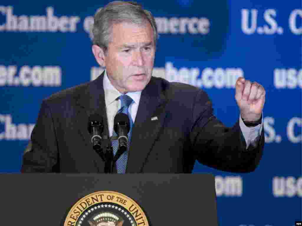 Президент Дж Буш лише одного разу з'явився на публіці поруч з республіканським кандидатом Джоном МакКейном. - Caption: epa01523519 U.S. President George W. Bush speaks at the U.S. Chamber of Commerce in Washington, DC, USA, on 17 October 2008. Bush spoke on the state of the U.S. financial markets