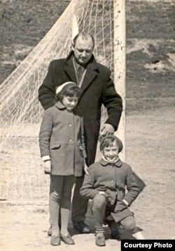 Шчасьлівы бацька дзяўчатак-двайнятак, другая палова 1960-х