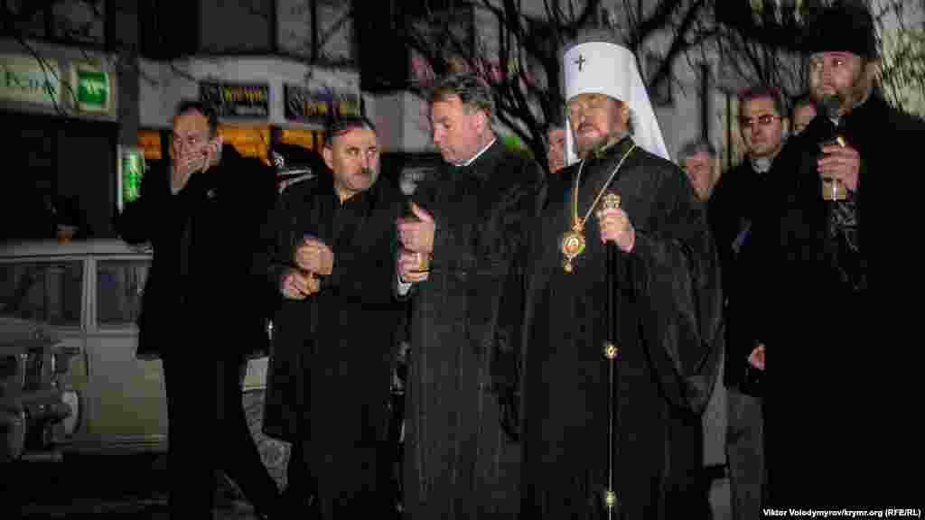 Официальные лица в окружении сотрудников госохраны и милиции направились на улицу Севастопольскую, где располагался храм УПЦ КП в Симферополе