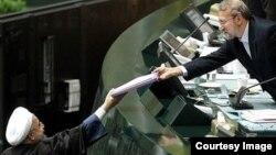 حسن روحانی یکشنبه چهاردهم آذر ماه آخرین لایجه بودجه دولت یازدهم را به مجلس شورای اسلامی تقدیم خواهد کرد،عکس آرشیوی است