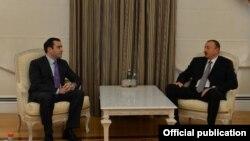 Министр обороны Грузии Ираклий Аласания (слева) и президент Азербайджана Ильхам Алиев во время встречи в Баку. 19 марта 2013 года.