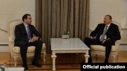 Грузияның қорғаныс министрі Иралкий Аласания (сол жақта) мен Әзербайжан президенті Ильхам Әлиев. Баку, 19 наурыз 2013 жыл.