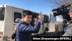Молодой человек, препятствующий работе оператора Азаттыка Тимура Айтмуханбета. Астана, 22 марта 2019 года.