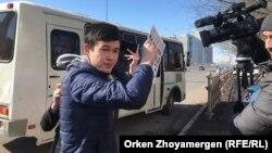 Азаттықтың түсірілім тобының жұмысына кедергі келтірген жастардың бірі. Астана, 22 наурыз 2019 жыл.