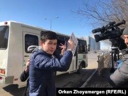 Молодик, що перешкоджає роботі оператора Радіо Азаттик Тімура Айтмуханбета. Астана, 22 березня 2019 року