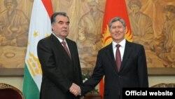 Қырғызстан мен Тәжікстан президенттері Алмазбек Атамбаев (оң жақта) пен Эмомали Рахмонның кездесуі. Бішкек, 27 мамыр 2013 жыл.