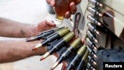 Бойцы ПНС в Триполи смазывают маслом патронную ленту пулемета. Декабрь 2019 года.