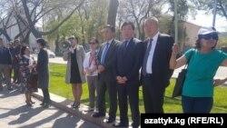 Саясаткер Омурбек Текебаевтың жақтастары парламент алдында акция өткізіп тұр. Бішкек, 20 сәуір 2017 жыл.