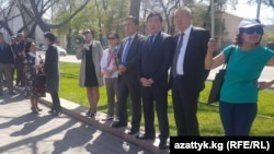 Сторонники политика Омурбека Текебаева проводят акцию перед зданием парламента Кыргызстана. Бишкек, 20 апреля 2017 года.