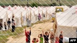 Eyewitnesses say hundreds of Syrian refugees have fled into Turkey as the army advances.