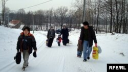 Нұрғалиевтер отбасы босқындар лагерінің қабылдау орталығына келе жатыр. Вышни Лхоты, 1 ақпан 2009 ж.