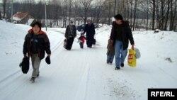 Семья Нургалиевых идет к приемному центру лагеря беженцев. Вышни Лхоты, 1 февраля 2009 года.