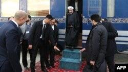 Президент Ирана Хасан Роухани после прибытия на станцию Ак-Яйла на железной дороге, соединившей Казахстан, Туркменистан и Иран. 3 декабря 2014 года.
