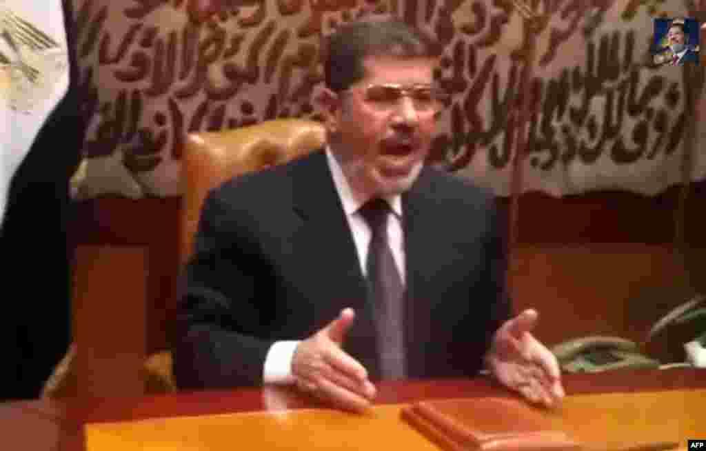محمد مرسی پس از برکنار شدنش از قدرت، در پیامی ویدیویی از هوادارانش خواست تا از حق «مشروعش» که از طریق انتخابات به وی تعلق گرفته است، حفاظت کنند. پس از این اقدام، ارتش محمد مرسی را به همراه مشاوران ارشدش بازداشت کرد- ۱۲ تیرماه ۱۳۹۲