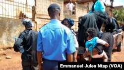 Pripadnik kamerunske policije (u sredini), fotoarhiv