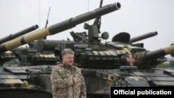 Президент України Петро Порошенко під час передачі військовим нового озброєння, Чугуїв, 15 жовтня 2016 року