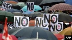 Илјадници луѓе во неколку градови низ Шпанија вчера протестираа против мерките за штедење кои предвидуваат намалени социјални расходи