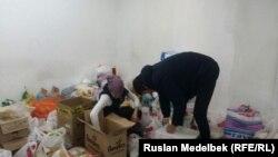 Люди посреди коробок и пакетов с вещами и продуктами для пострадавших в авиакатастрофе под Бишкеком. Алматы, 17 января 2017 года.