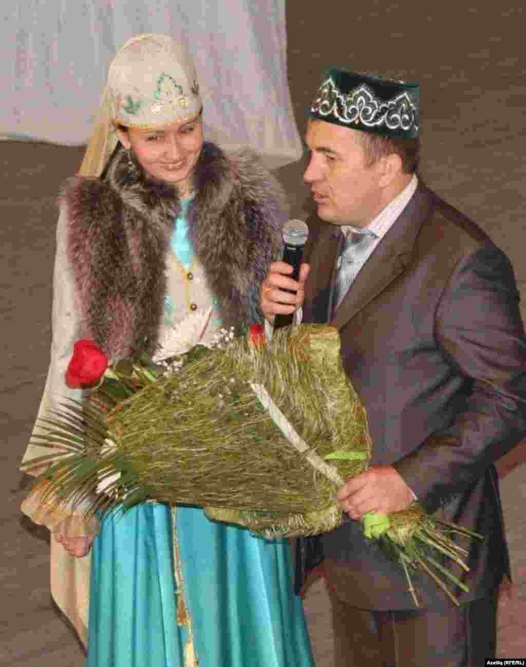 "21 ел буена ""Сөмбелә"" бәйрәмен алып баручы Шамил кызы Наилә Сабирҗановага үз рәхмәтләрен шәһәр мохтарияте җитәкчесе Рифкат Хуҗин җиткезә."