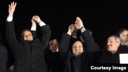 Кызматтан кеткен министрлер Зафер Чаглаян менен Муаммер Гүлөр.