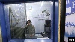 Герат уәлаятында радиода жұмыс істеп отырған ауғандық журналист әйел (Көрнекі сурет).