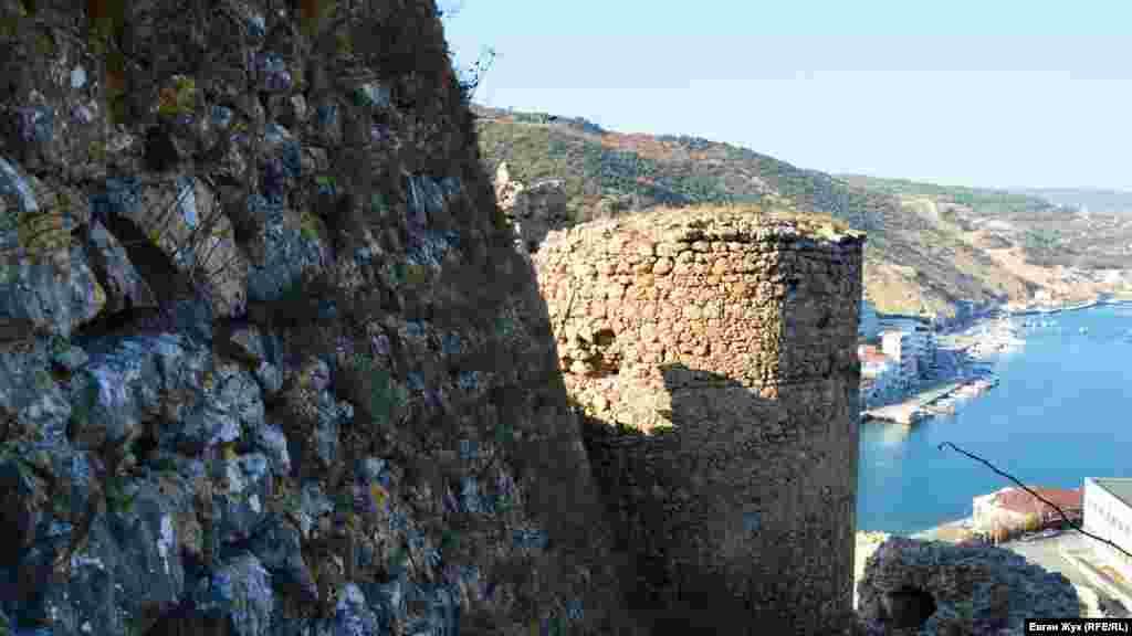 Колись фортеця була західним форпостом Генуезької морської республіки. Сьогодні це – комплекс руїн