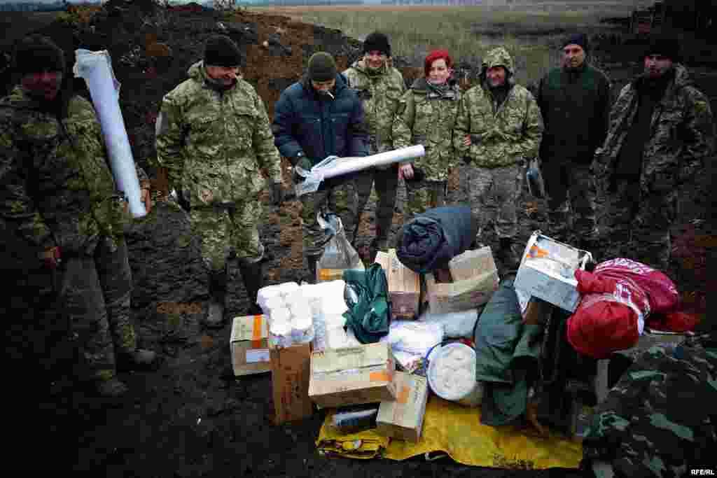 Несмотря на плохую погоду, волонтеры ездят к линии фронта, чтобы передать украинским военным помощь. Порой волонтеры делают по несколько рейсов по разбитым дорогам, чтобы доставить все необходимое.