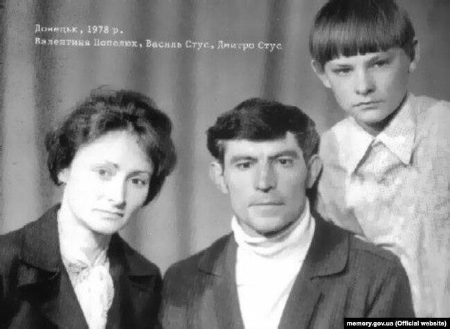 Василь Стус з дружиною Валентиною Попелюх та сином Дмитром. Донецьк, 1978 рік