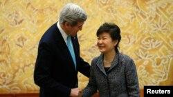 Президент Южной Кореи Пак Кын Хе и госсекретарь США Джон Керри