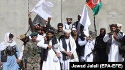 """""""Талибан"""" қозғалысының содырлары жергілікті тұрғындармен бірге Ораза айт мейрамын мерекелеп жатыр. Кабул, 16 маусым 2018 жыл."""