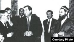 Встреча президента Таджикистана Эмомали Рахмона и лидера ОТО Саида Абдулло Нури. Москва, 1997 г.