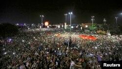 Демонстрация у аэропорта в Стамбуле в ночь, когда была предпринята попытка переворота.