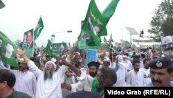 Pakistanyň öňki premýer-ministri Nawaz Şarifiň tarapdarlarynyň geçiren ýörişi