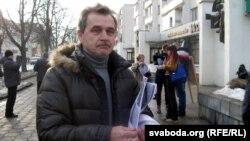Анатоль Лябедзька раздае ўлёткі ў Горадні