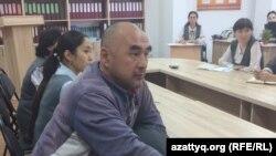 Марат Садуов (слева), отец четырех школьниц, посещавших занятия в платке. Актобе, 1 ноября 2017 года.