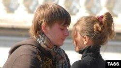 По замыслу организаторов Дня поцелуя, именно этот известный с древнейших времен культурный феномен должен победить сигарету.
