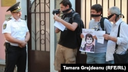 Молдова белсенділері Кишиневтегі Әзербайжан елшілігі алдында Хадиджа Исмаиловаға шыққан сот үкіміне наразылық акциясын өткізіп тұр. 2 мамыр 2015 жыл.