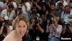 امانوئل برکو در برابر دوربین عکاسان خبری در فستیوال کن