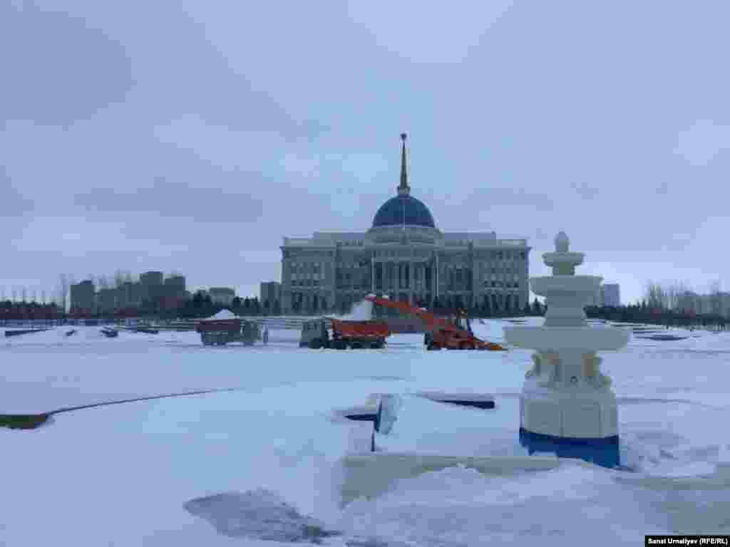 Снегоуборочные работы на площади перед Акордой – резиденцией президента. Нур-Султан, 28 января 2020 года.