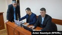 Алексей Ладин (п) в зале суда с коллегой Эмилем Курбединовым и подзащитным Сулейманом Кадыровым (л)