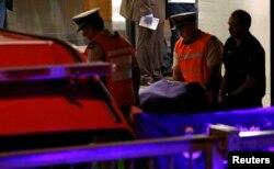 Военнослужащие выносят из квартиры тело Альберто Нисмана. Утро 19 января