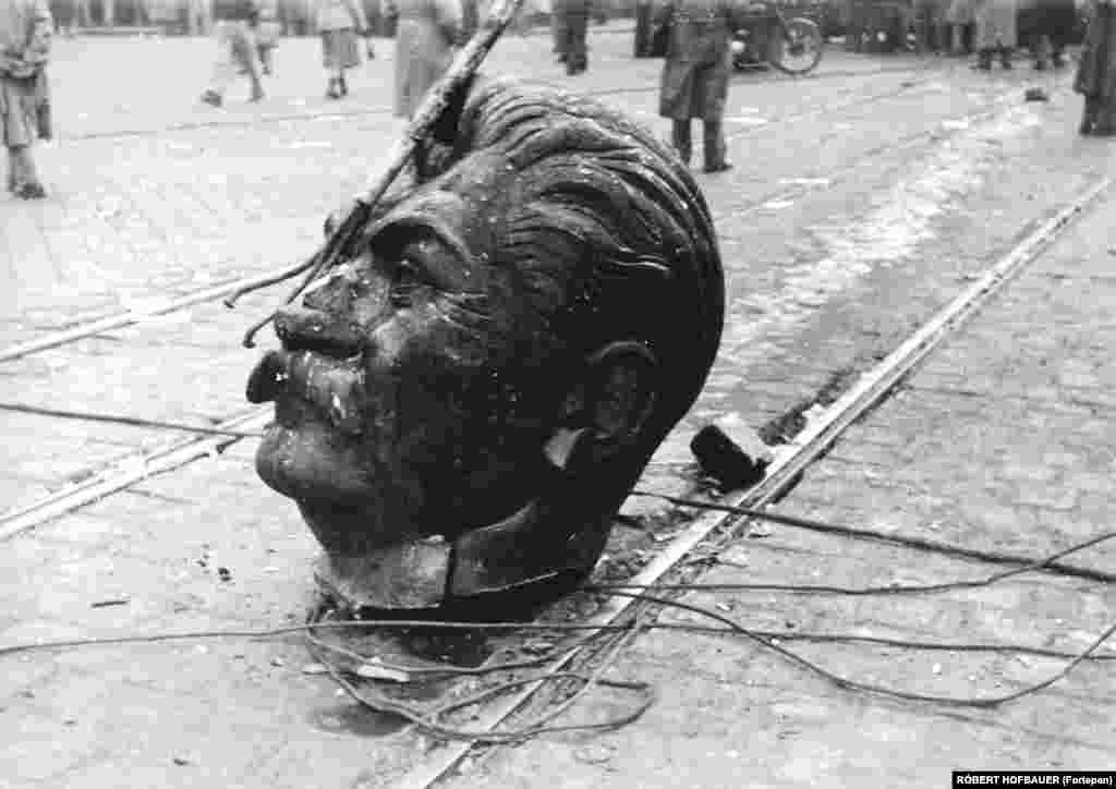 Главата на статуята на Йосиф Сталин лежи на улицата в Будапеща. Тя е откачена от тялото по време на Унгарското въстание през 1956 г.