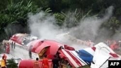 به گفته مسوولان هواپيمايی تايلند، بدنه اين هواپيما پس از سقوط، دو نيمه شد و آتش گرفت.