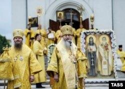 Митрополит Новосибирский и Бердский Тихон (в центре) во время крестного хода в честь святых равноапостольных Кирилла и Мефодия