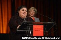 """Хадиджа Исмаилованың Халықаралық әйелдер медиа қоры тағайындаған """"Журналистикадағы ерлігі үшін"""" сыйлығын алған сәті. Нью-Йорк, 24 қазан 2012 жыл."""