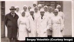 Врачи УРБ (слева - главврач больницы Арсений Прохоров), архив