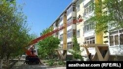 Работа по демонтажу внешних блоков кондиционеров на стене жилого дома в Ашгабате.