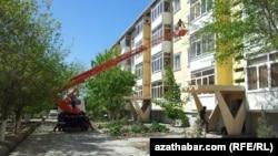Коммунальные службы снимают с жилых домов кондиционеры, Туркменистан.